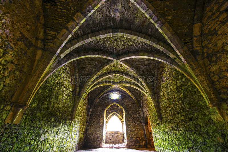 有曲拱的古老中世纪室 库存图片