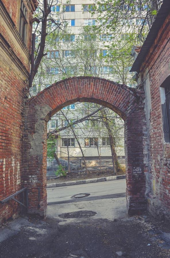 有曲拱的老胡同从红砖 免版税库存照片