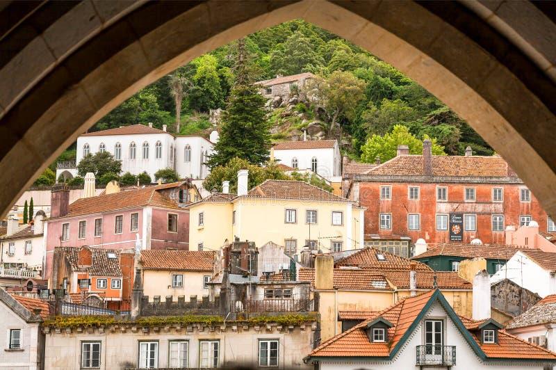 有曲拱的,瓦屋顶辛特拉街道 砖房子,葡萄牙 免版税图库摄影