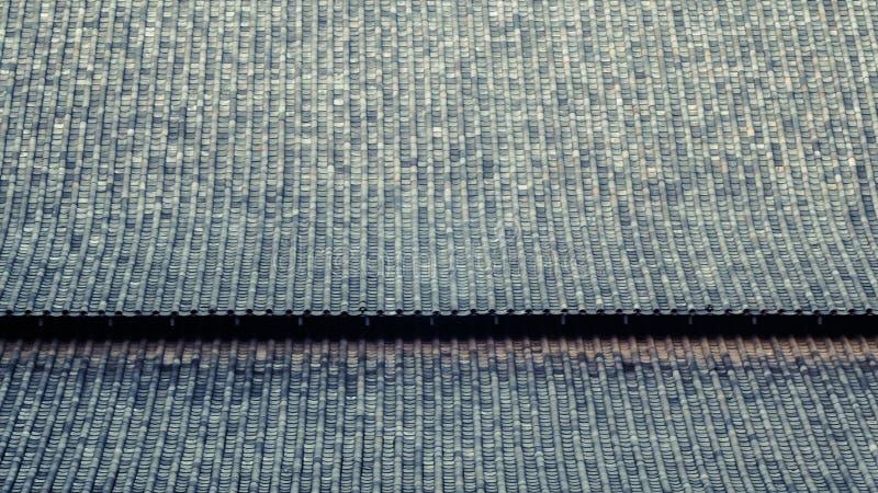 有曲线设计的中国瓦 日本寺庙的黏土屋顶 传统亚洲建筑学样式材料  免版税图库摄影