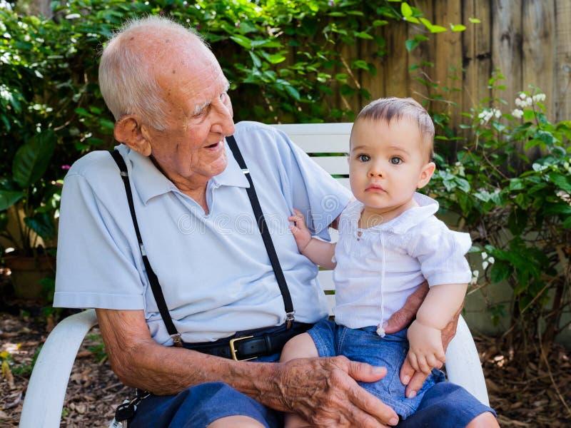 有曾祖父的男婴 库存照片