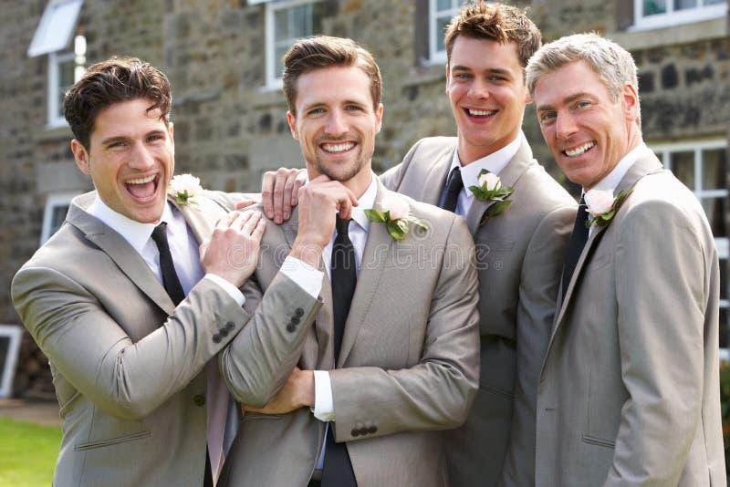 有最佳的人和男傧相的新郎婚礼的 免版税库存照片