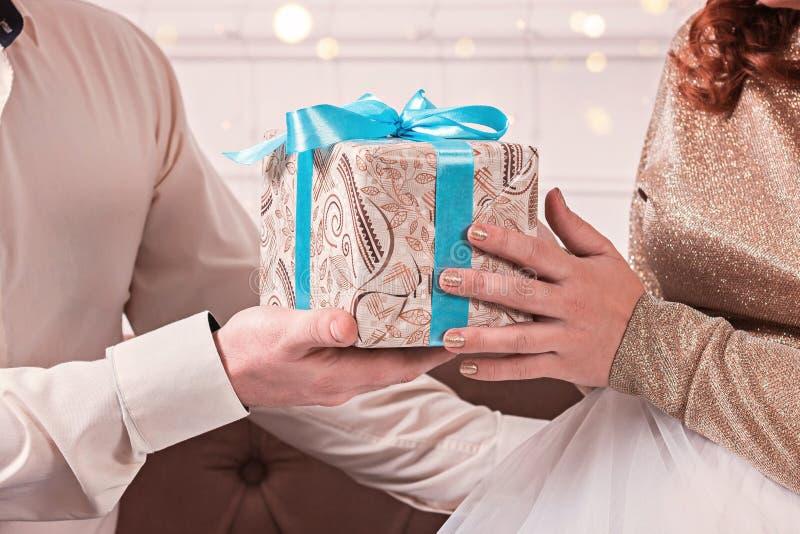 有最高荣誉的礼物盒在浪漫夫妇的手上 图库摄影