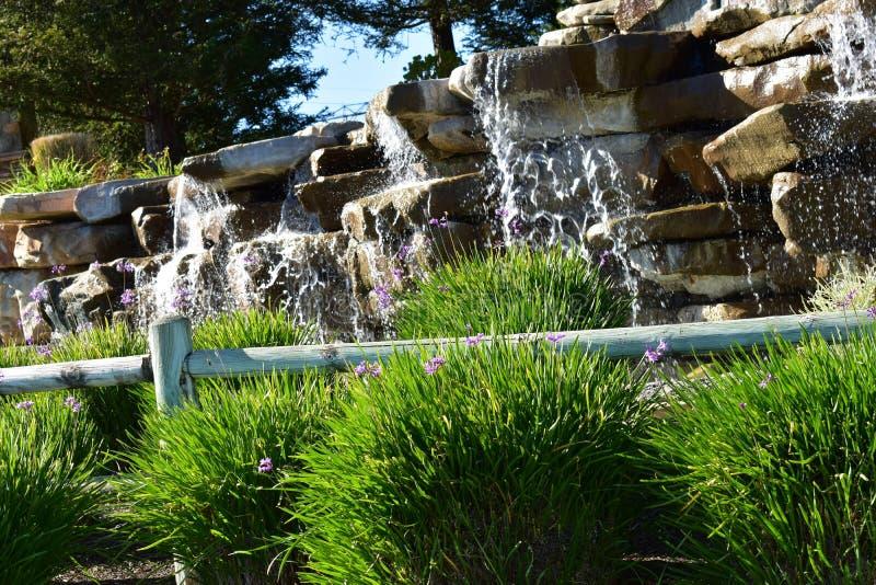 有有一个岩石地形和美好的风景的流动的水的喷泉在山 免版税库存照片