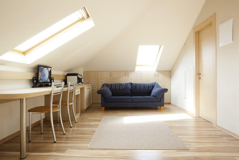 有双重斜坡屋顶的房屋的室 库存图片