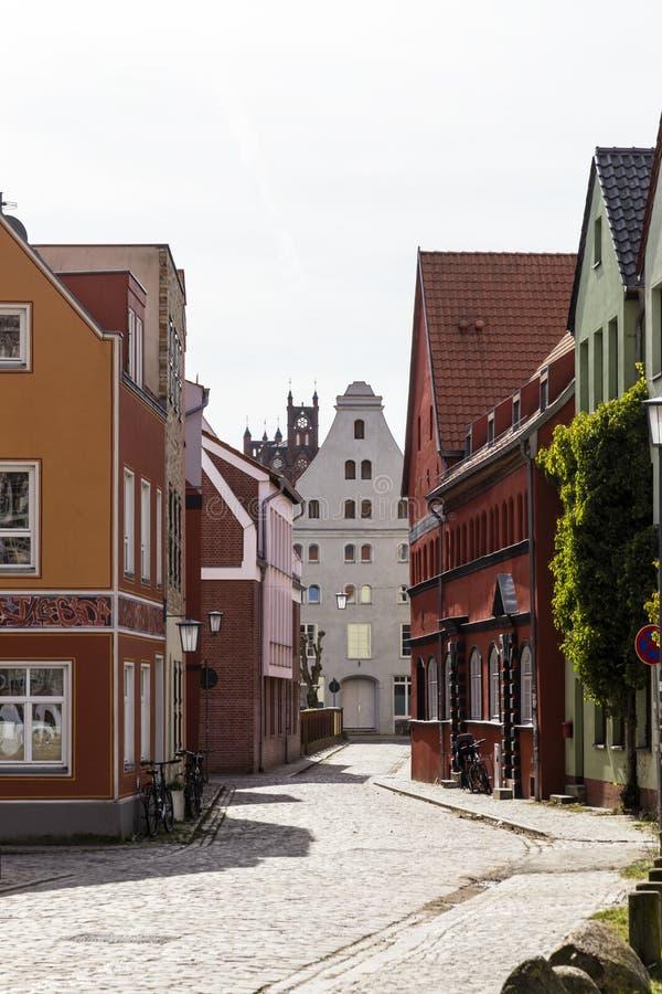 有有山墙的房子的街道在施特拉尔松德,德国 图库摄影