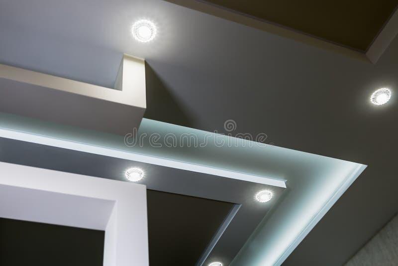 有有排列的天花板和分开的现代内部室 库存照片