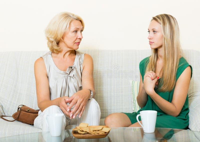有有的女儿的成熟妇女严肃的交谈 库存照片