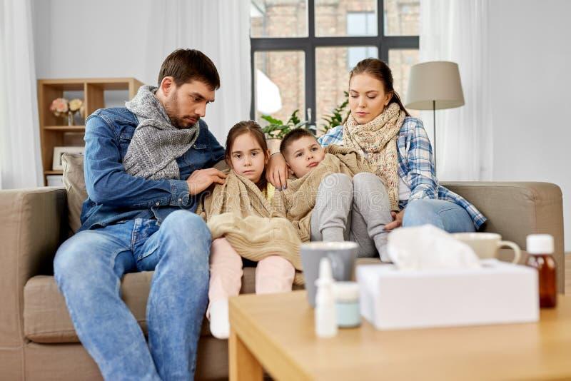 有有的孩子的病的家庭流感在家 免版税库存图片