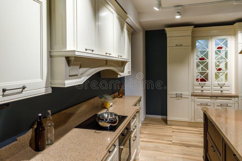 有有葡萄酒样式柜台的和火炉的时髦的厨房 免版税库存照片