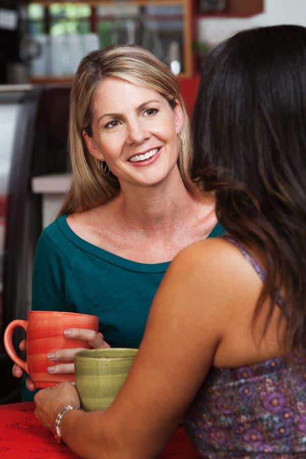 有朋友的愉快的成熟白肤金发的妇女 免版税库存图片