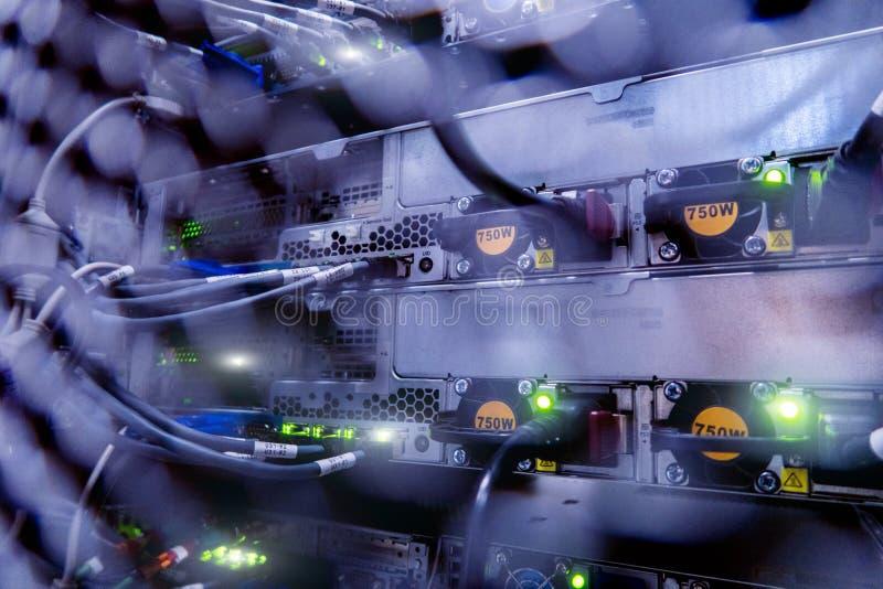 有服务器和缆绳的服务器机架 服务器机架,服务器室 库存照片