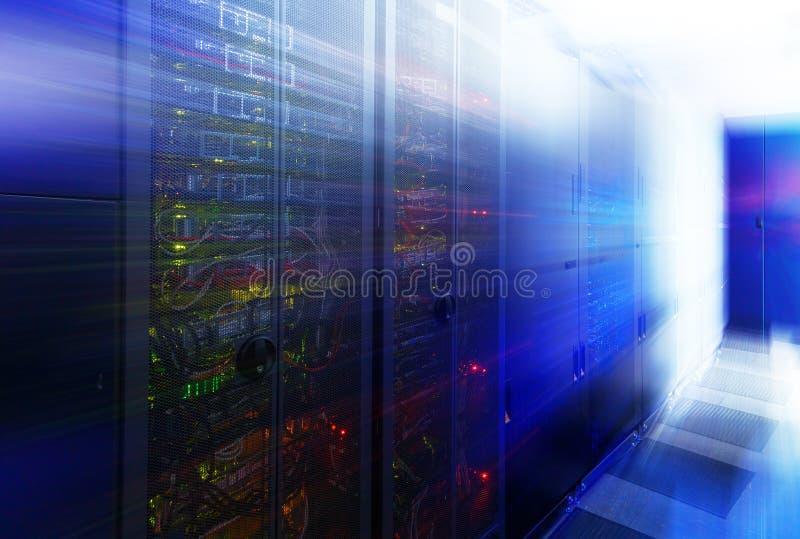有服务器硬件行的抽象室在数据中心 库存照片