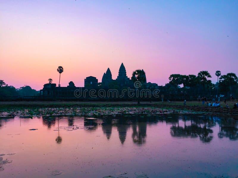 有朝阳的桃红色剪影吴哥窟寺庙 免版税库存图片