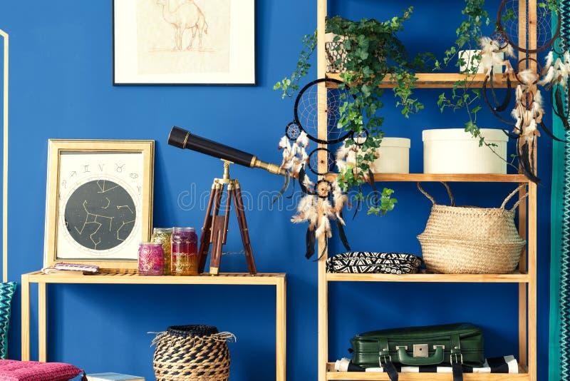 有木书架的蓝色室 库存照片