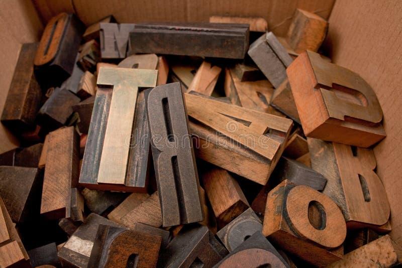 有木信件的纸板箱 库存图片