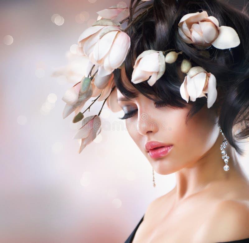 有木兰花的女孩 免版税图库摄影