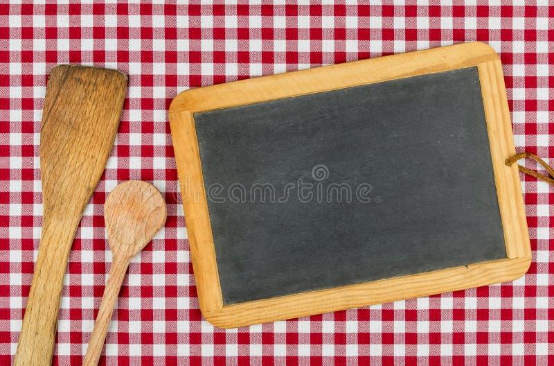 有木匙子的空的黑板 免版税库存图片