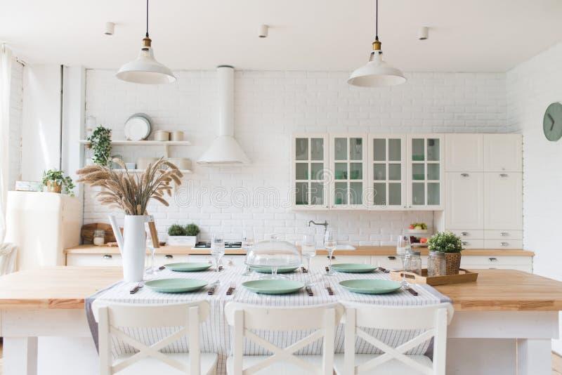 有木和白色细节的,minimalistic室内设计斯堪的纳维亚经典厨房 r 库存图片