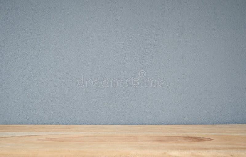 有木地板内部backgrou上面的蓝灰色混凝土墙  免版税库存照片
