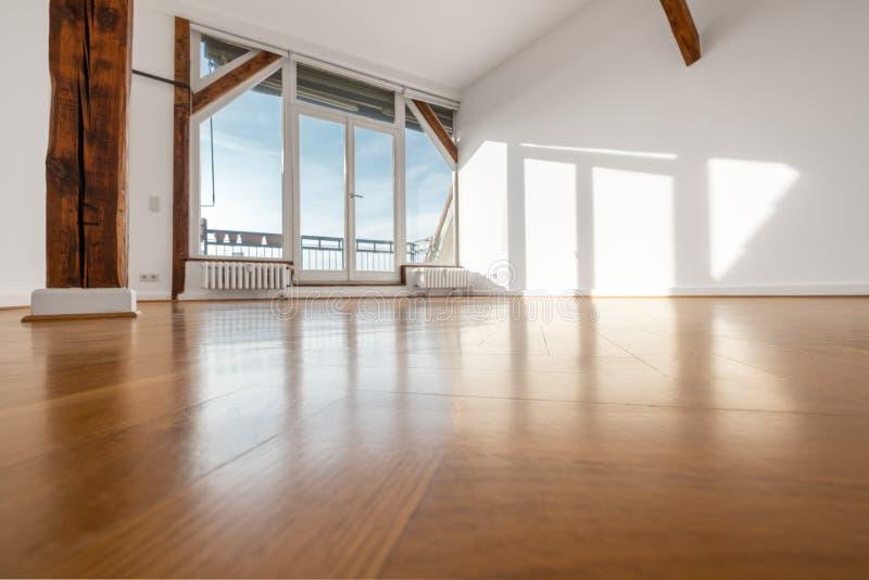 有木地板和大阳台窗口的空的室- 免版税库存图片