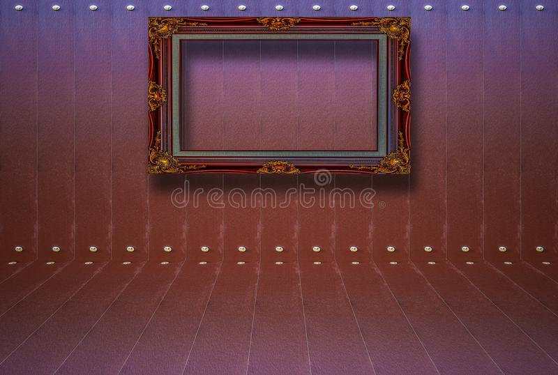 有木地板的黑暗的葡萄酒室和垂悬的画框  库存照片