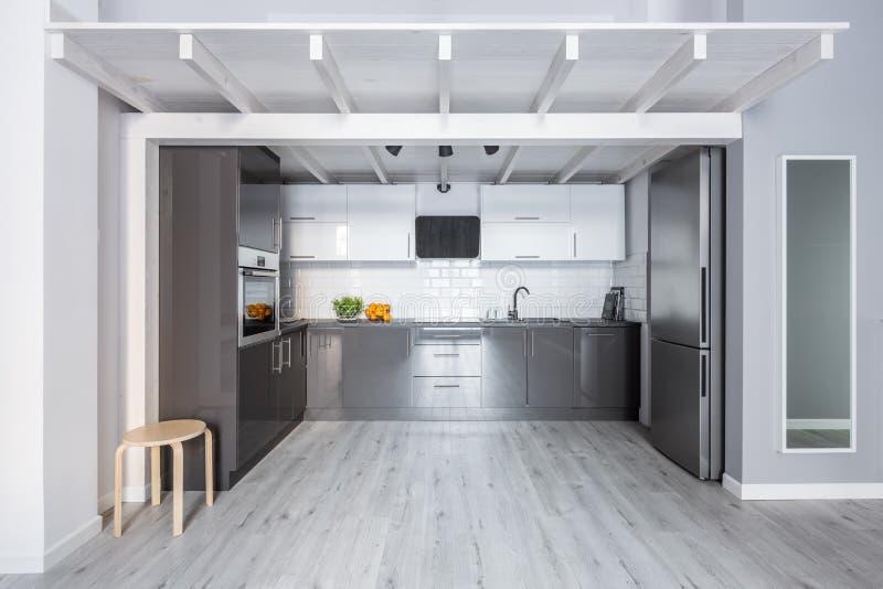 有木天花板的厨房 免版税图库摄影