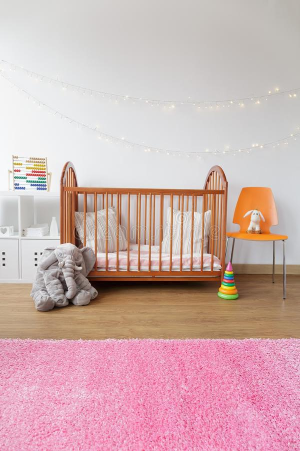 有木小儿床的儿童居室 免版税库存照片