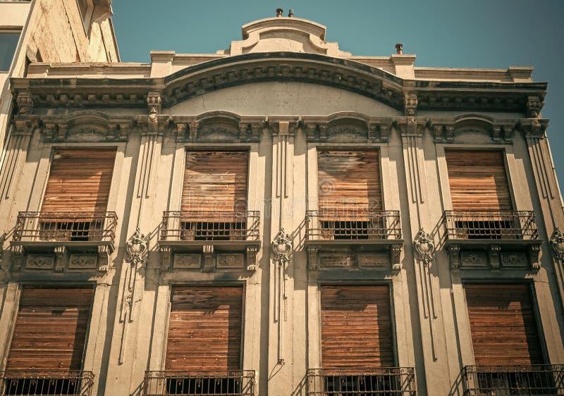 有木快门的老房子,帮助的逃命热在夏天 结构概念 大厦在有葡萄酒的老城市 图库摄影