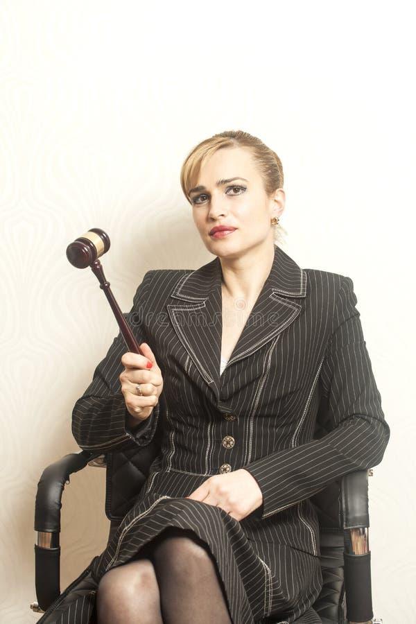 有木惊堂木的女性法官 免版税图库摄影