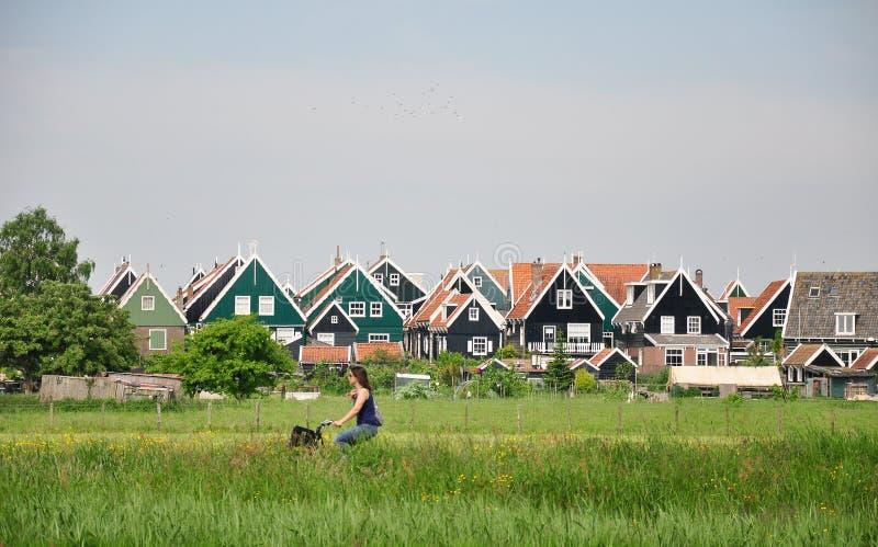 有木房子的典型的荷兰村庄Marken,荷兰 免版税库存照片