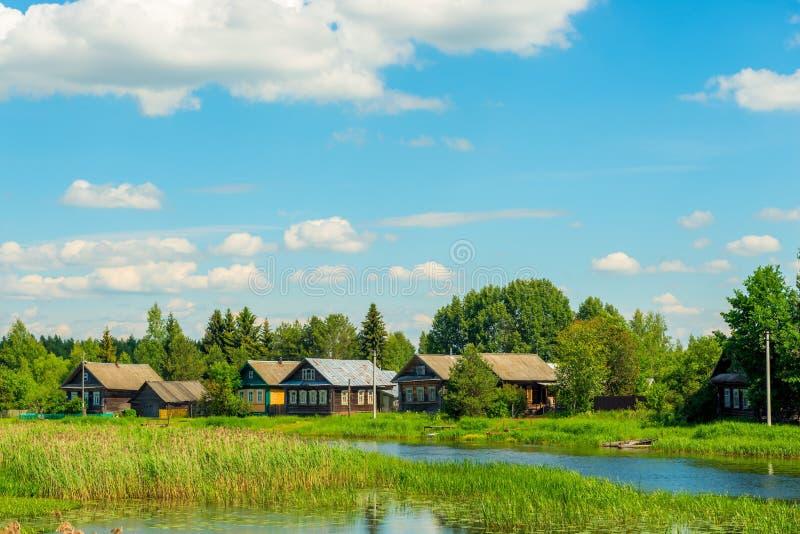 有木房子的老村庄在河附近 库存照片