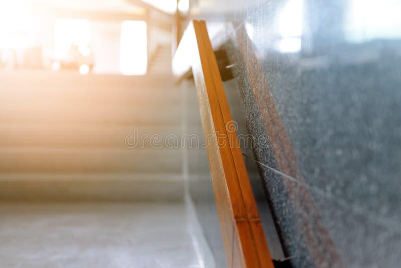 有木扶手栏杆的大理石台阶在大厦为提高或下来安全 免版税库存图片