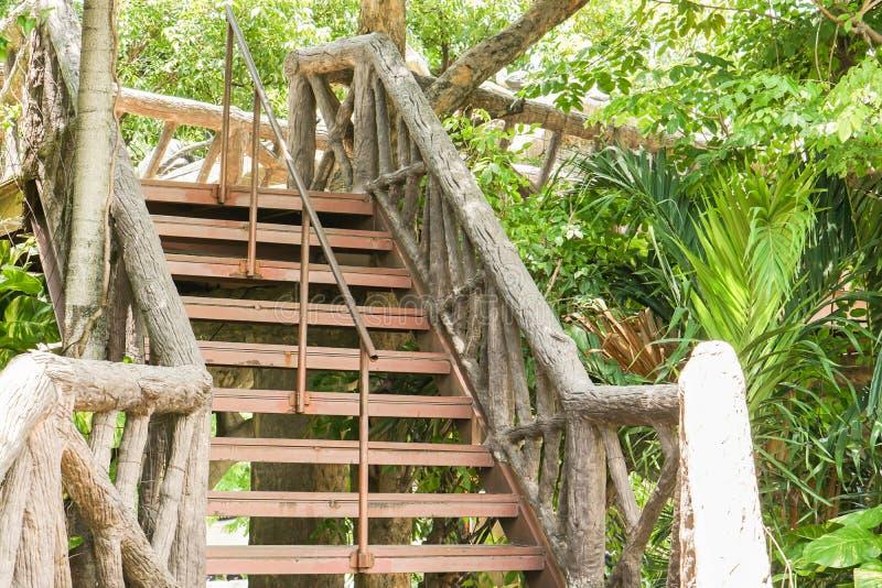 有木扶手栏杆的室外生锈的钢台阶 免版税库存图片