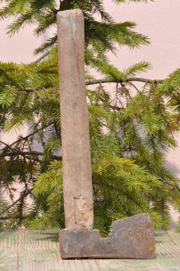 有木把柄的老轴 库存照片