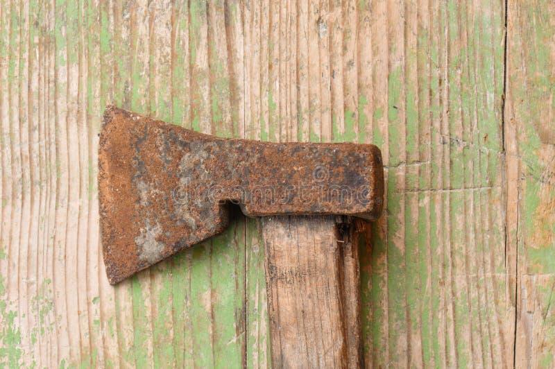 有木把柄的老,生锈的轴 库存照片