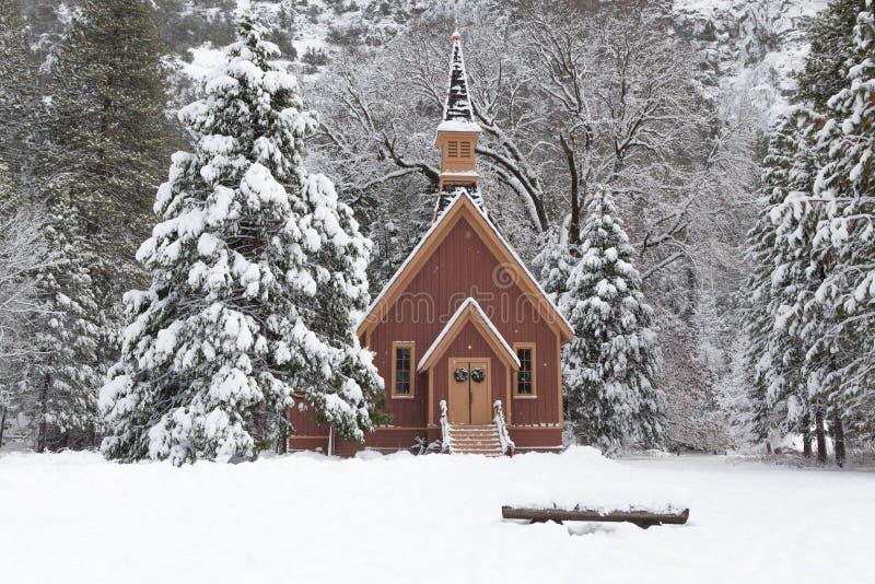 有木教堂的积雪的森林在优胜美地 免版税库存照片