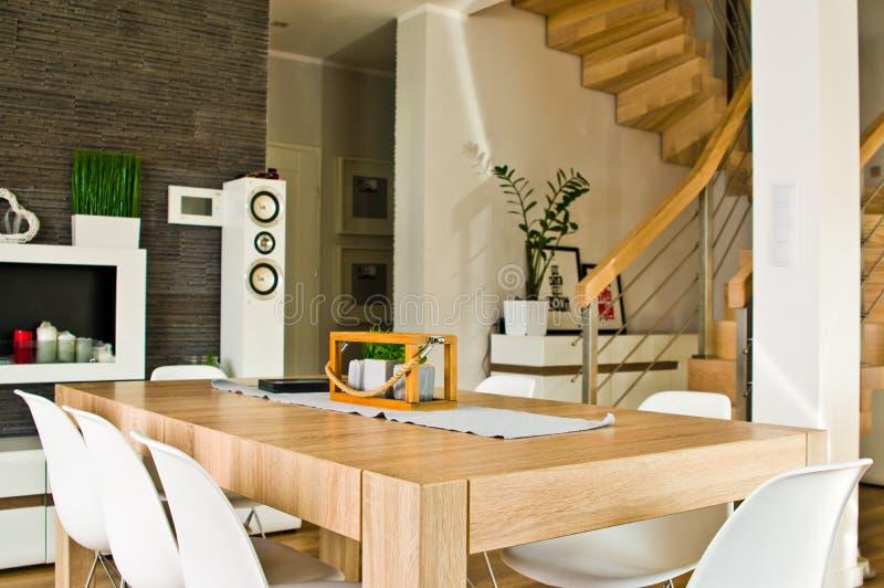有木桌和楼梯的现代客厅 免版税库存图片