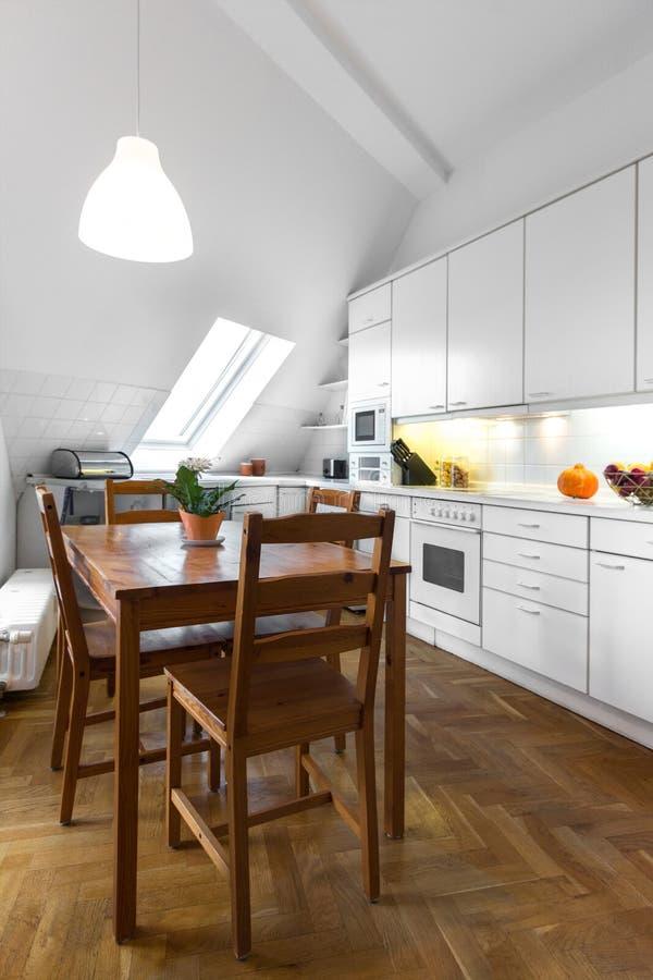 有木桌和镶花地板的经典厨房 免版税库存图片
