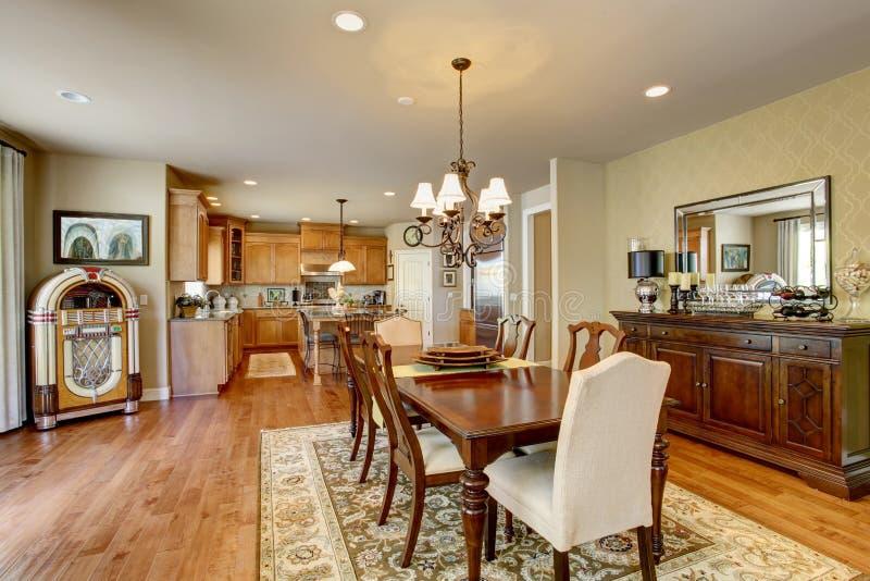 有木桌集合、硬木地板和地毯的经典美国餐厅 库存照片