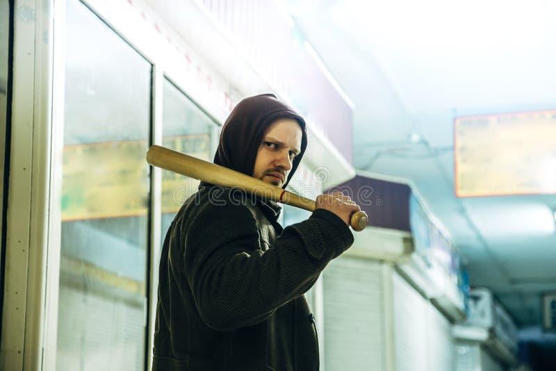有木棒的街道小流氓在地铁 免版税库存照片
