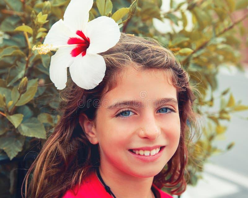 有木槿的美丽的孩子女孩在头发开花 免版税库存照片