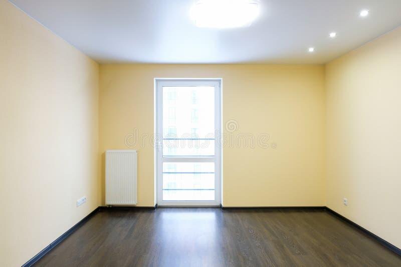有木橡木地板的新被更新的室 免版税库存图片