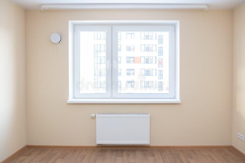 有木橡木地板的新被更新的室 库存照片