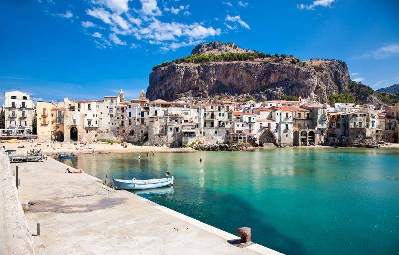 有木渔船的美丽的老港口在Cefalu,西西里岛 免版税库存照片