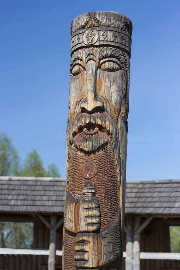 有木神象的古老异教的从树酒吧的寺庙和房子在种族样式 免版税库存照片