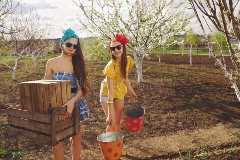有木箱和桶的女性 免版税图库摄影