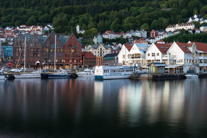 有木色的房子的著名布吕根街道在卑尔根,挪威 图库摄影