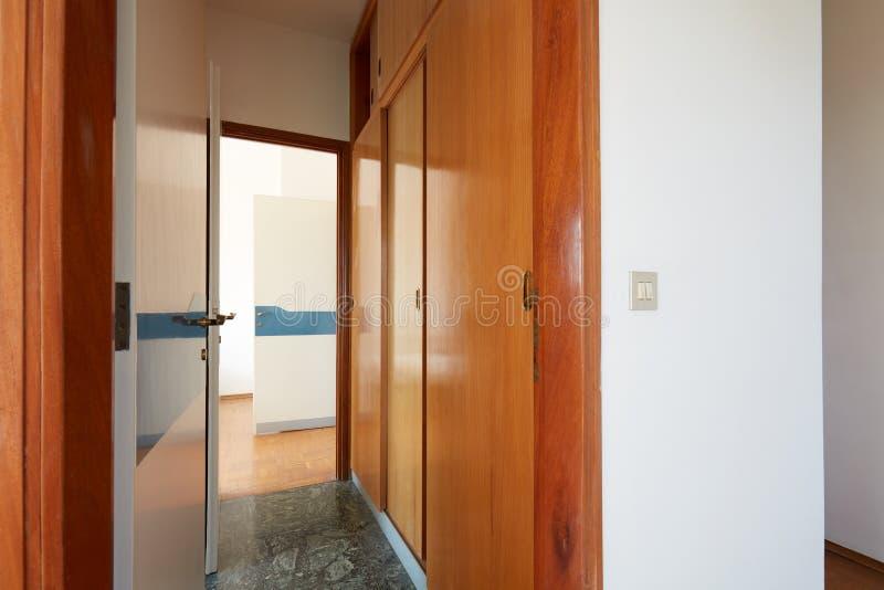 有木衣橱的走廊和门户开放主义,内部在乡间别墅里 库存图片