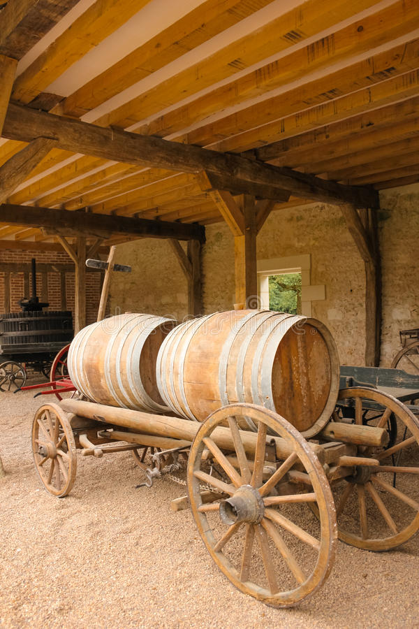 有木酒桶的老推车 Chenonceau 法国 库存照片